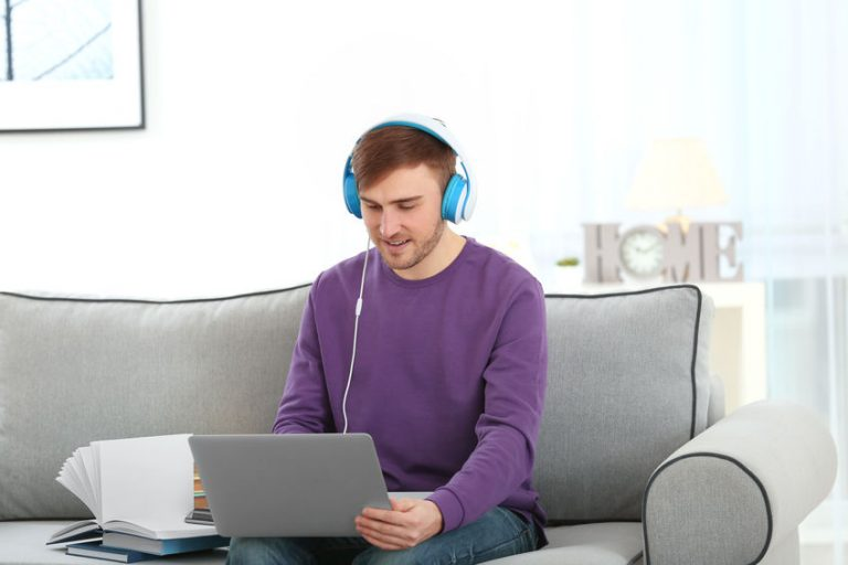 Hombre con audifonos color cían