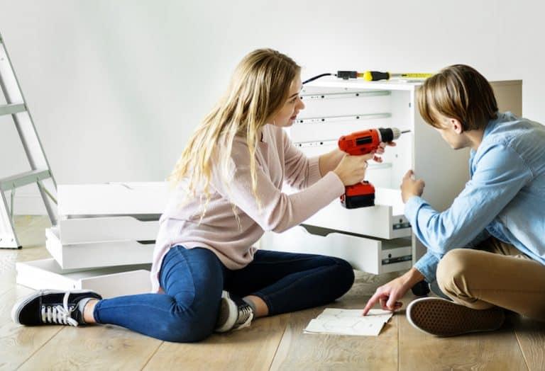 Una pareja montando un mueble