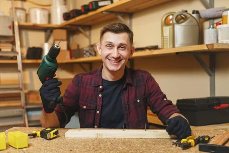 Hombre con martillo y otras herramientas