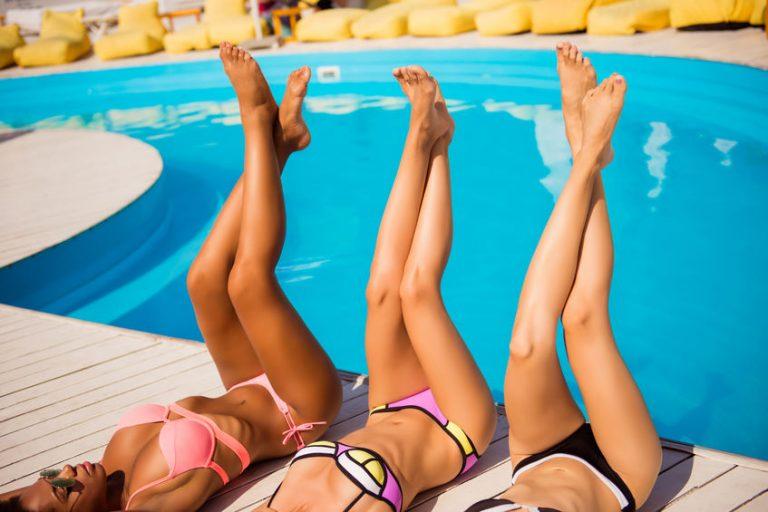 Amigas en la piscina