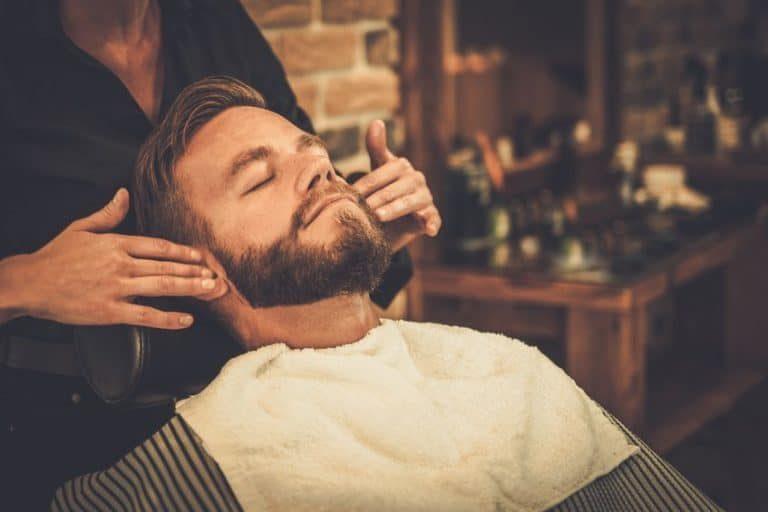 Hombre en una barbería