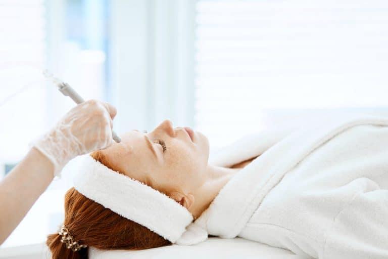 Mjuer en tratamiento de cara