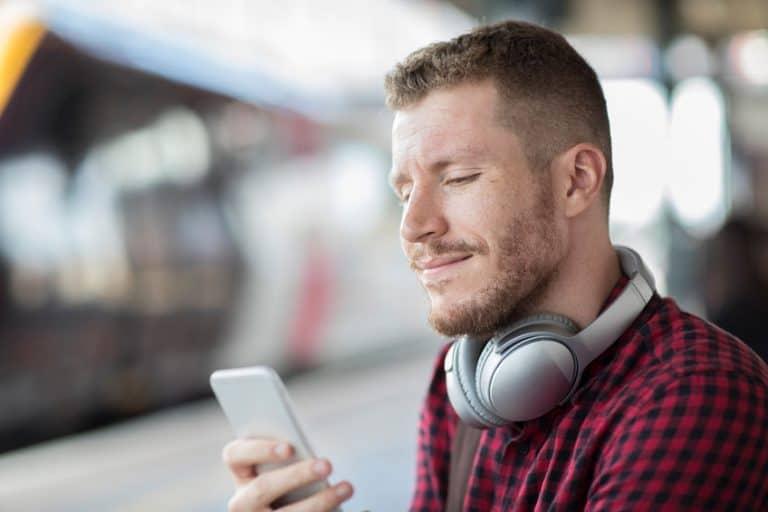 Hombre escuchando música con auriculares