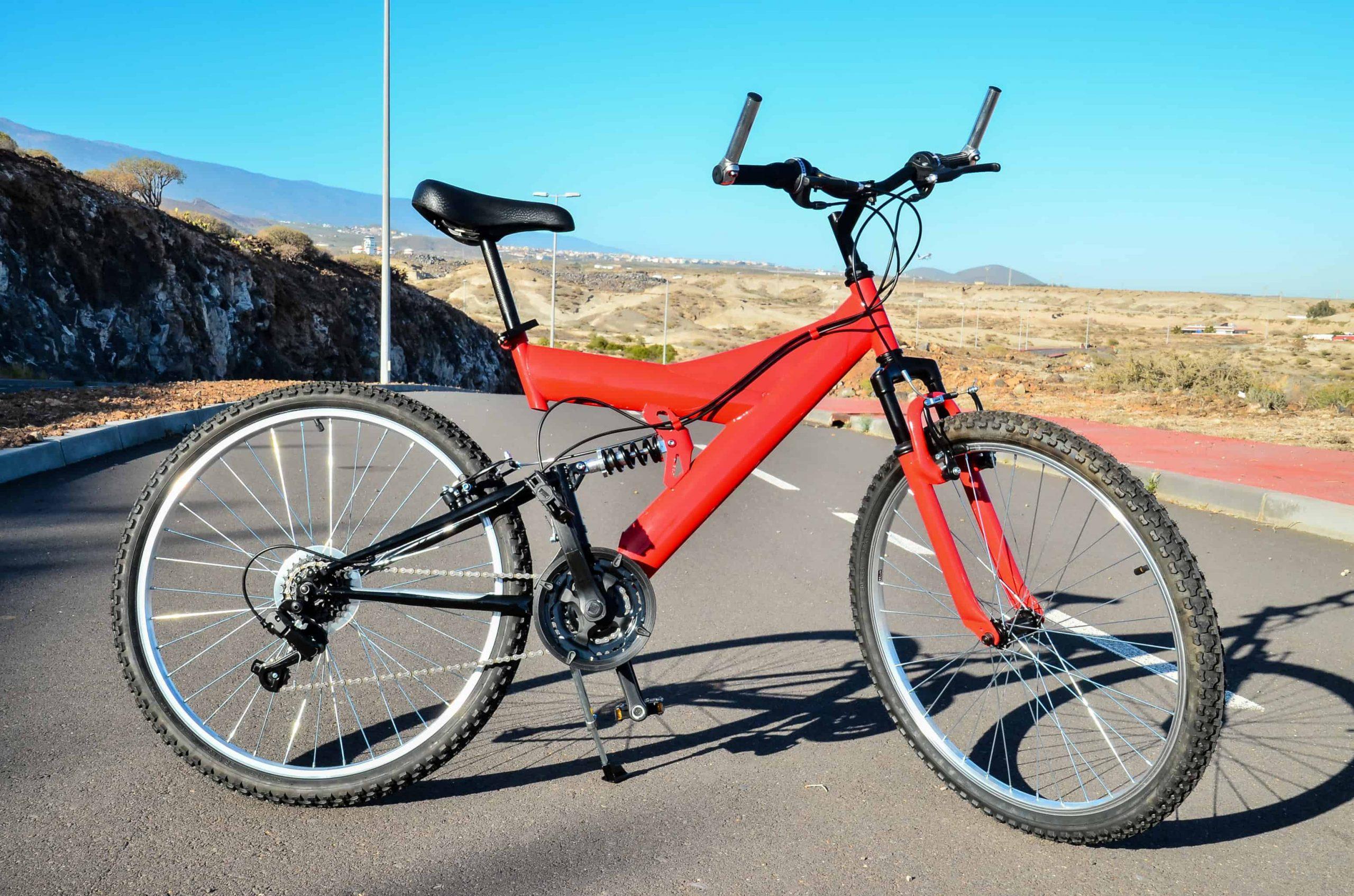 Bicicleta roja de doble suspensión