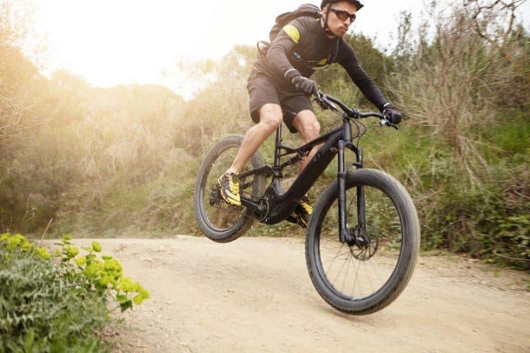 Ciclista en terreno montañoso