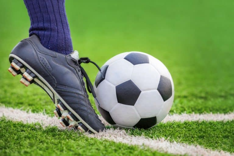 Jugador de fútbol pateando balón