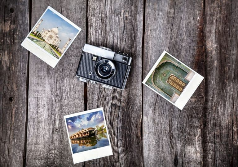 Cámara con varias fotos en una mesa