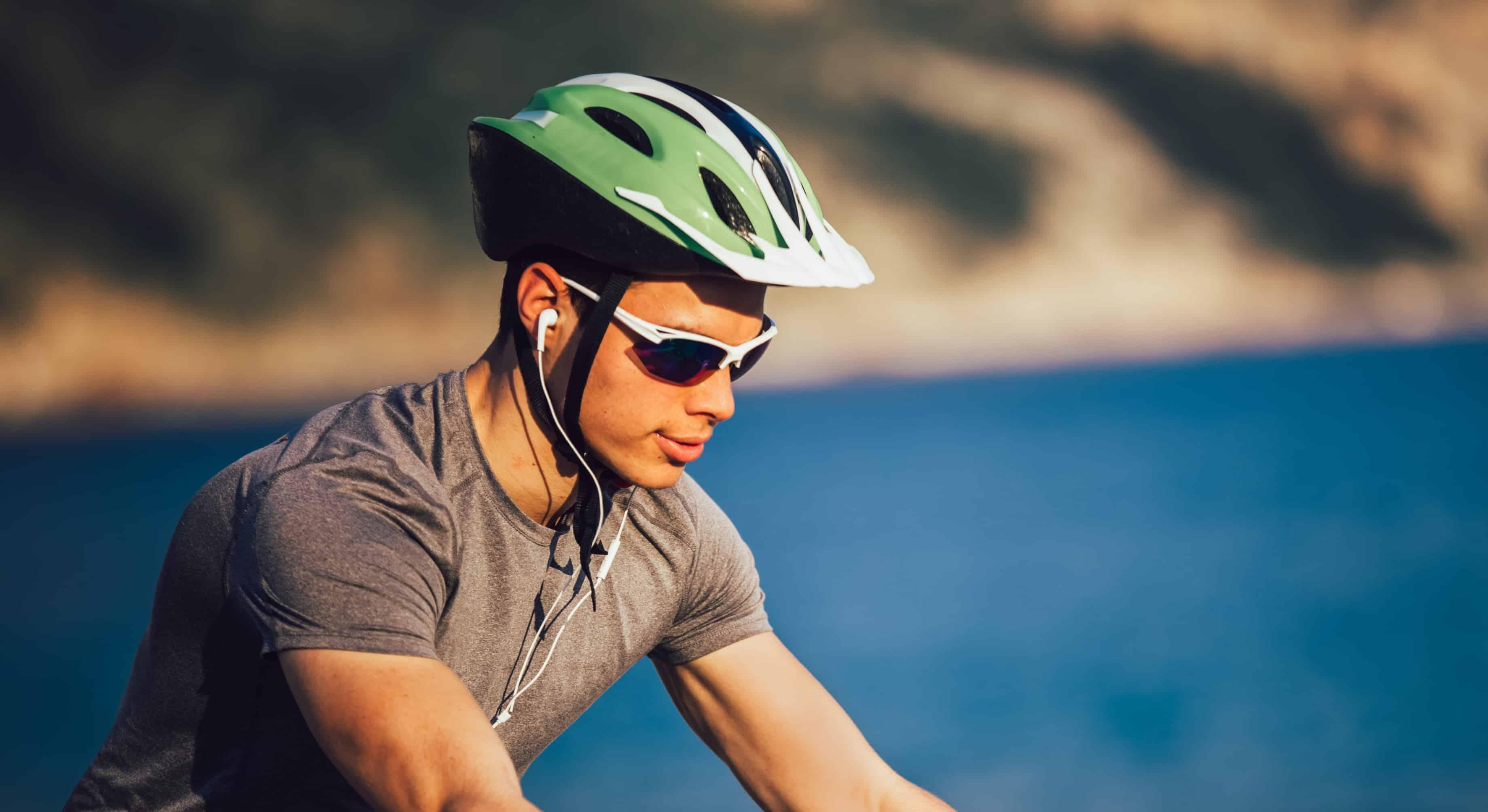 Ciclista con casco para bicicleta verde