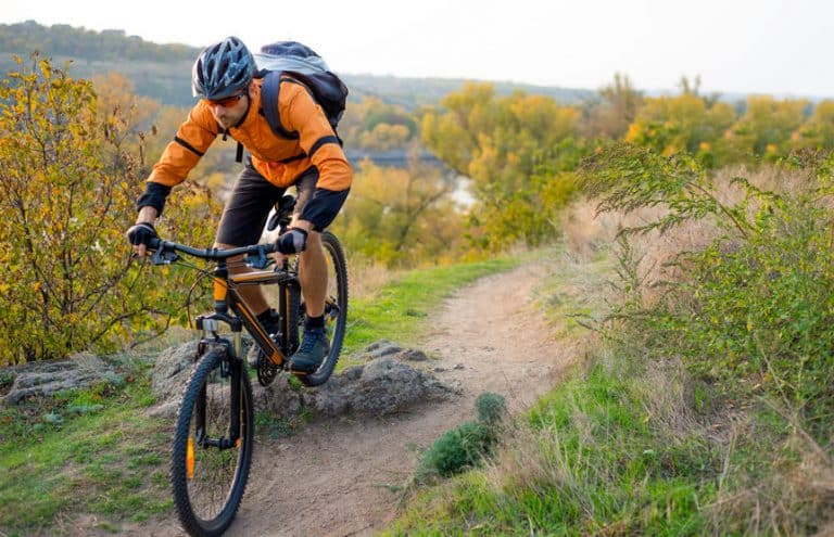 Ciclista en ruta de montaña