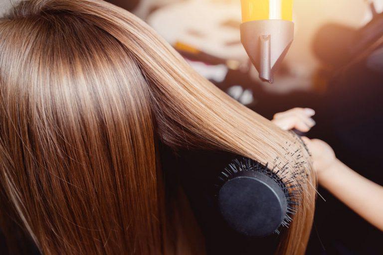 Pelo sedoso peinado con cepillo ionico