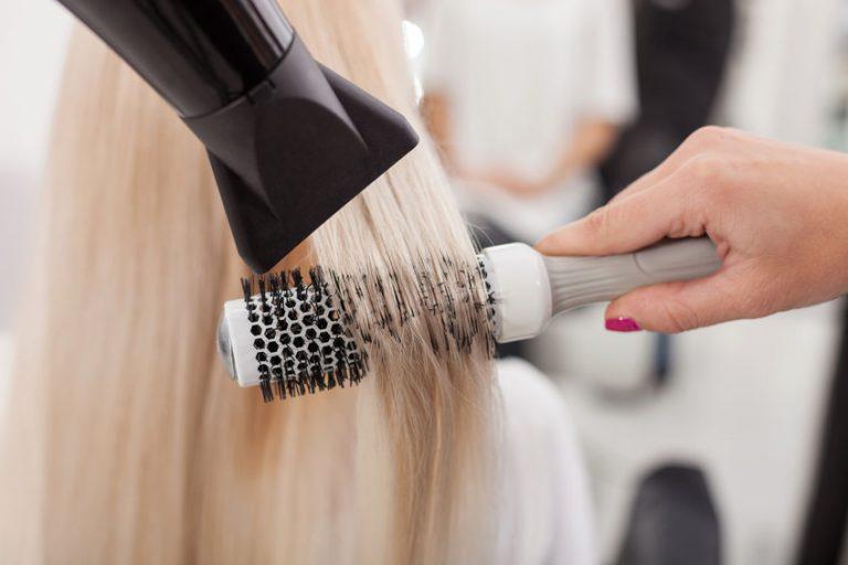 Mujer de pelo rubio peinándose