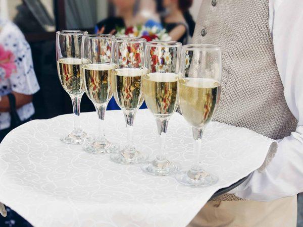 Mesero con copas de champagne