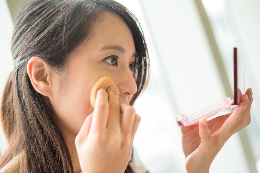 Chica aplicando maquillaje