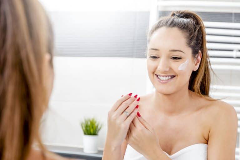 Mujer Aplicadose crema antiarrugas