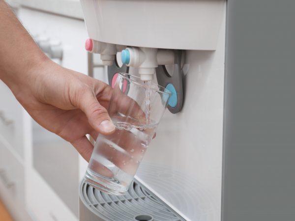 Dispensador de agua casero