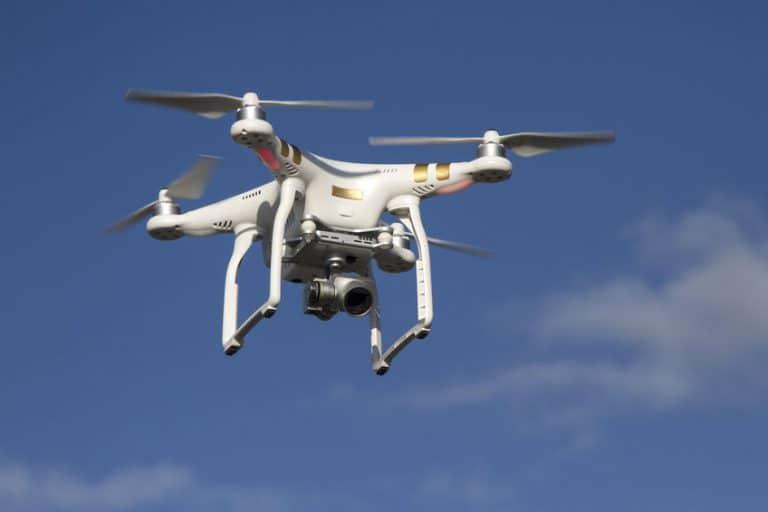 Drone con cámara en pleno vuelo
