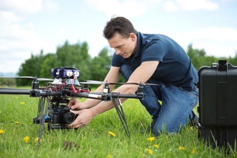 Hombre encendiendo Drone