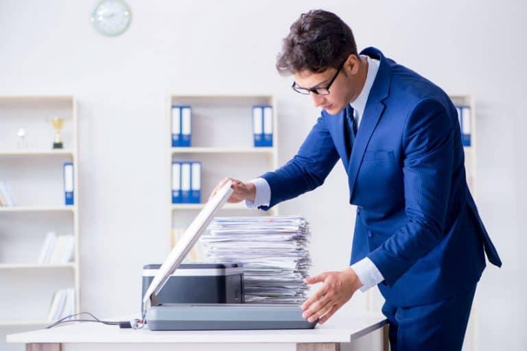 Un chico escaneando documentos