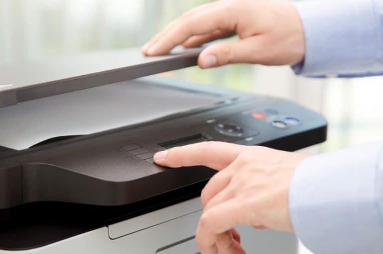 Una persona usando un escaner