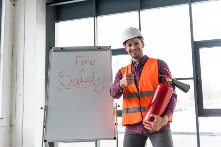 Hombre de mantenimiento sosteniendo extintor