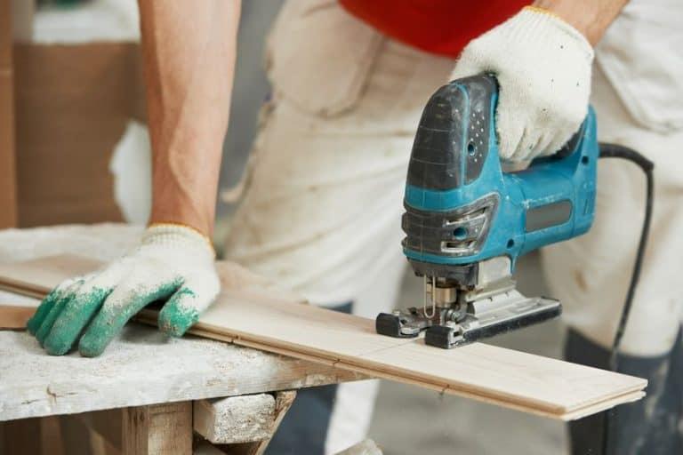 Hombre con maquina cortando la madera