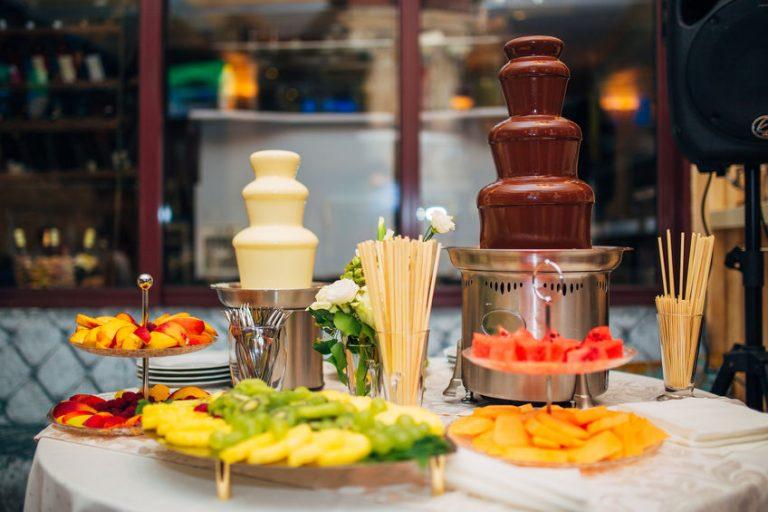 Fuentes de chocolate en mesa