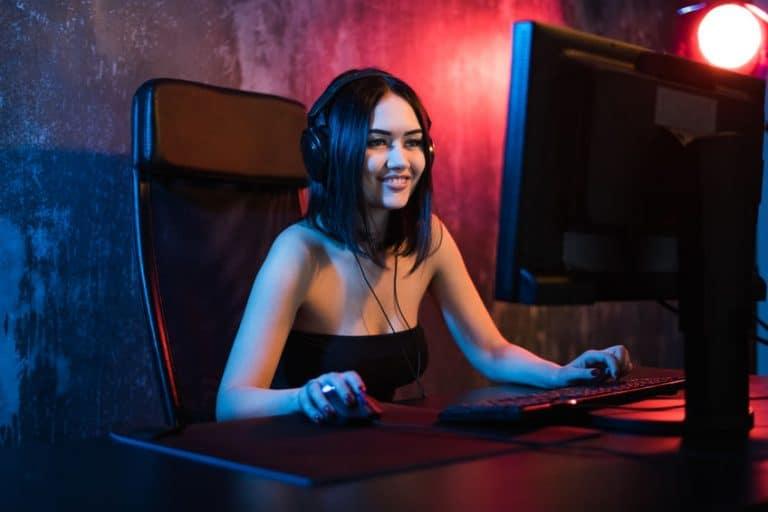 joven utilizando computadora