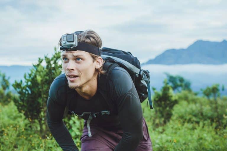 Hombre haciendo montañismo con cámara Gopro