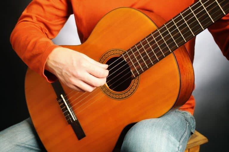 Guitarrista haciendo picado con guitarra flamenca