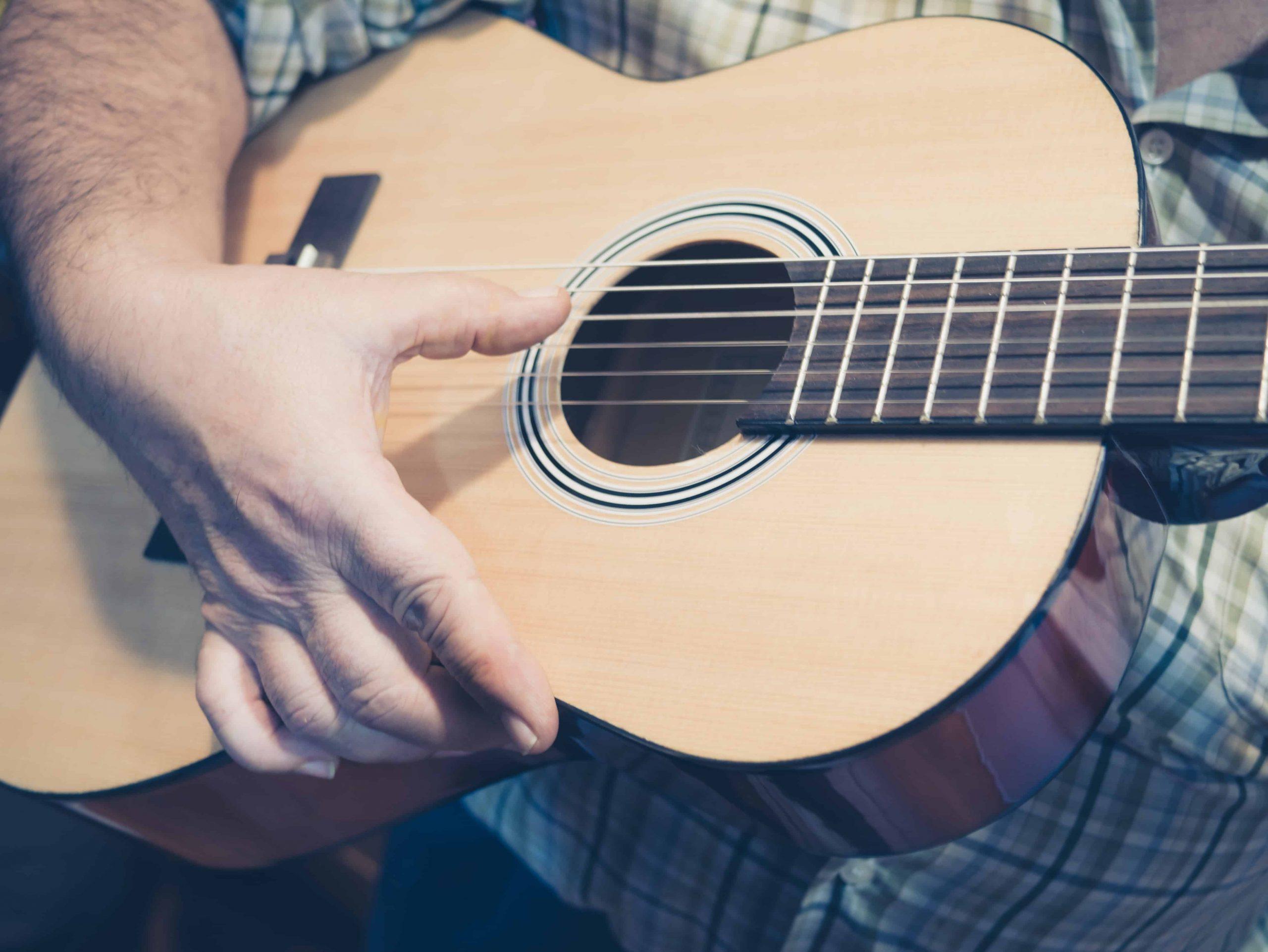 Guitarrista con guitarra flamenca