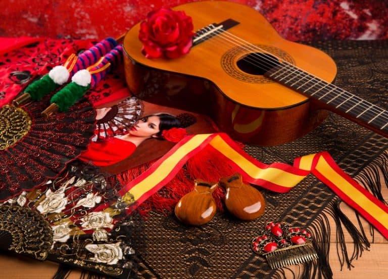 Guitarra flamenca con abanico y castañuelas