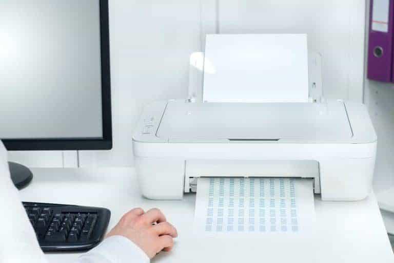 Una persona usando una impresora