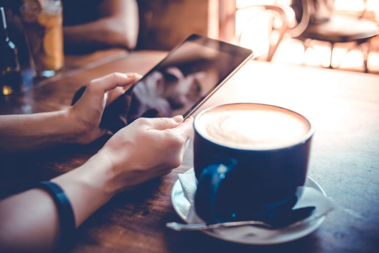 Ipad en mesa junto a café