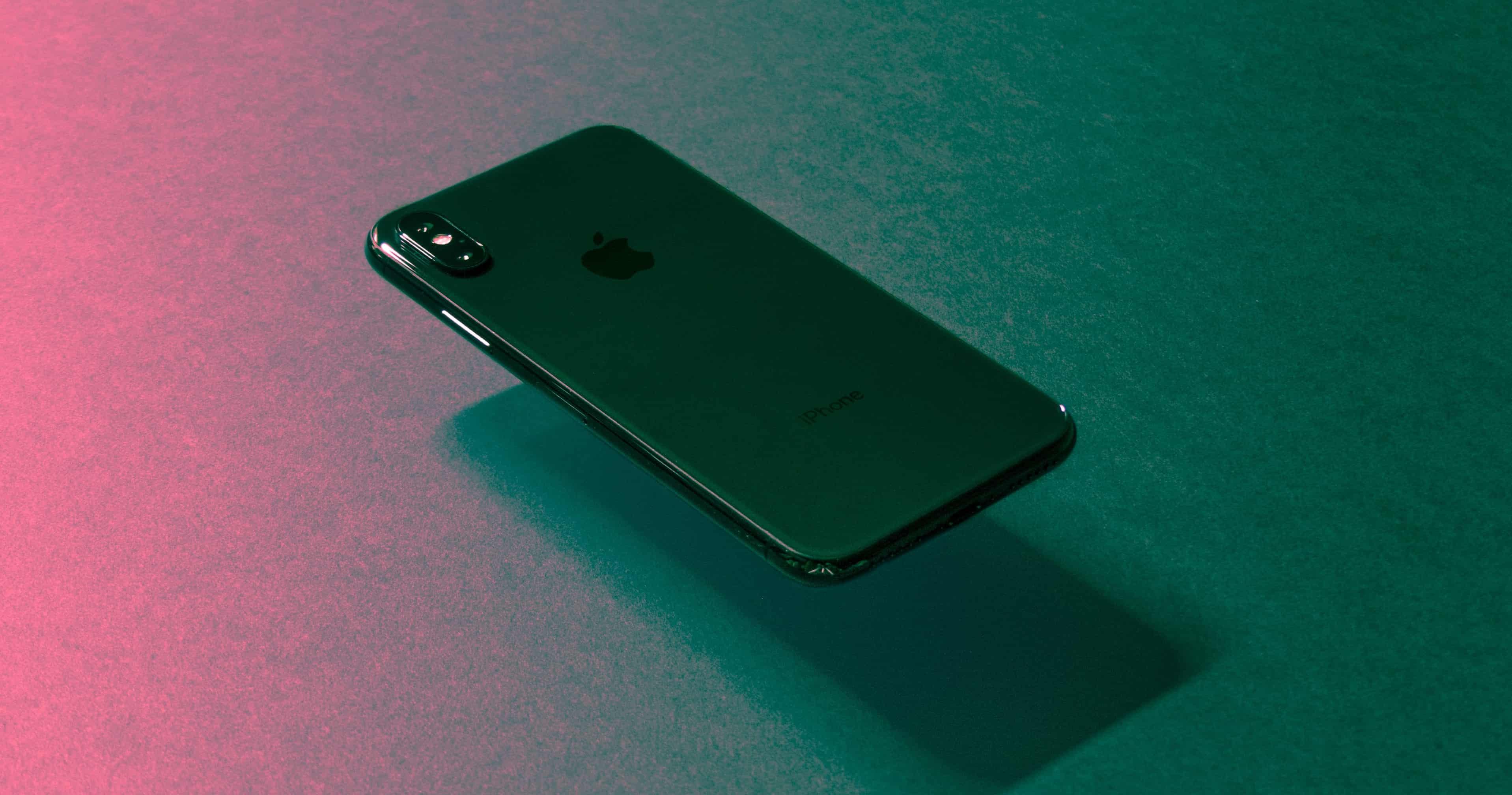 Iphone negro flotando