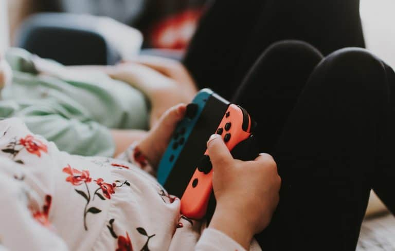 Niña jugando con Nintendo Switch