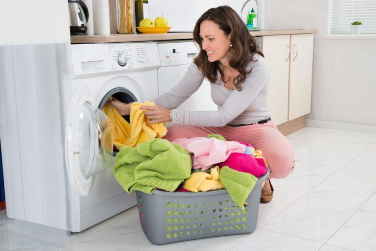 Mujer lavando la ropa en lavadora