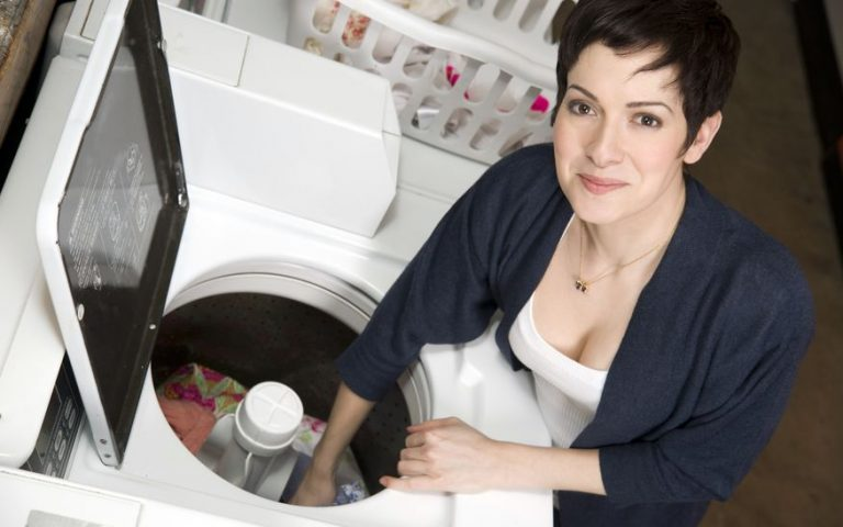 Mujer lavando ropa en lavadora
