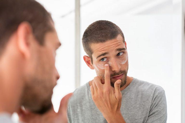 Hombre aplicandose maquillaje