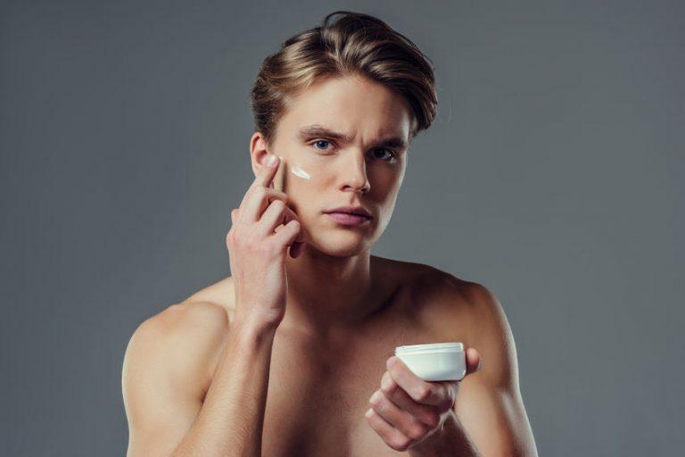 Hombres aplicándose maquillaje
