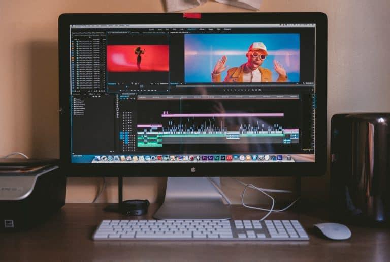 Monitor gaming con ventanas de edicion de video