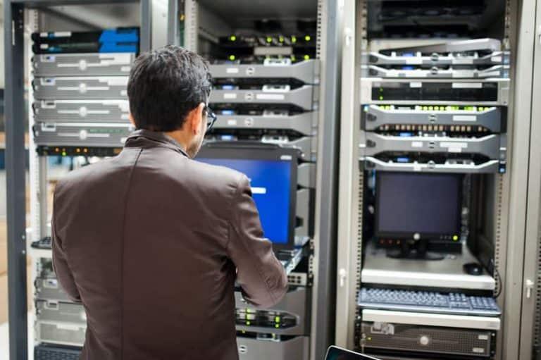 Hombre revisando computadora