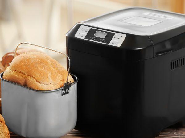 Panificadora junto a pan recién preparado
