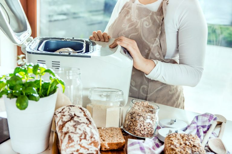 Mujer en una cocina moderna entre los ingredientes para hacer pan casero