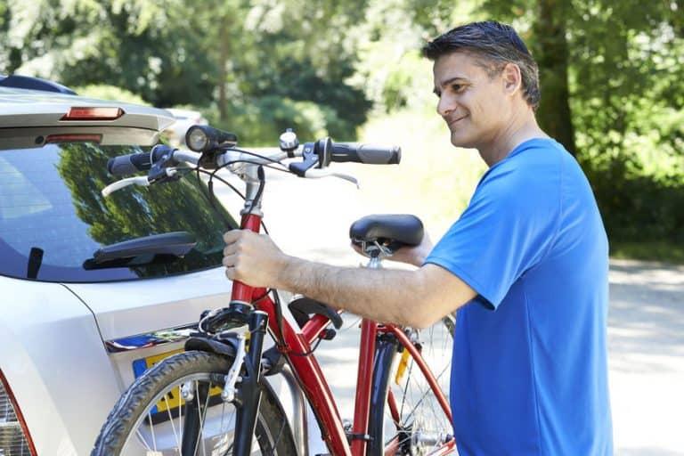 Hombre colocando su bicicleta en portabicileta