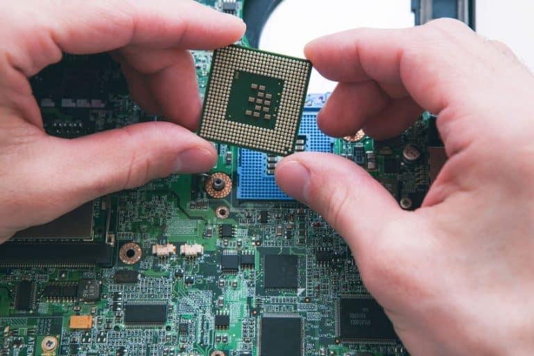 Técnico observando procesador