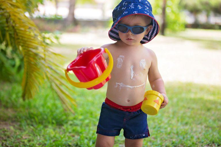 Niño con protector solar jugando