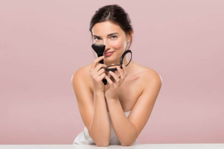 Mujer con base de maquillaje