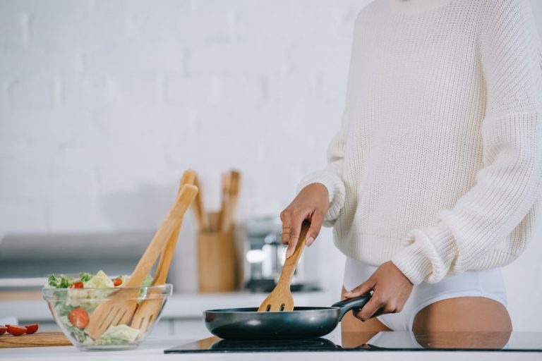 Chef cocinando en sarten de induccion