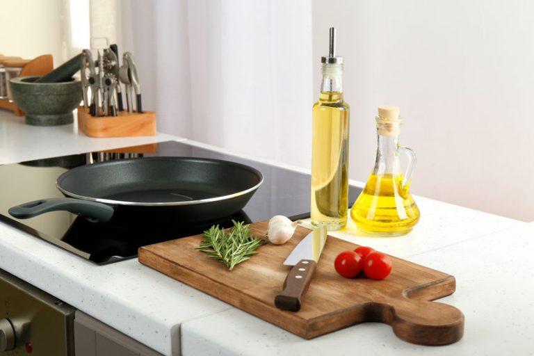 Sarten en cocina junto a aceites