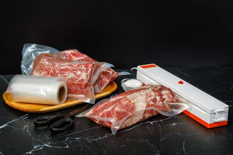 Sellador de bolsas blanco en mesa con comida